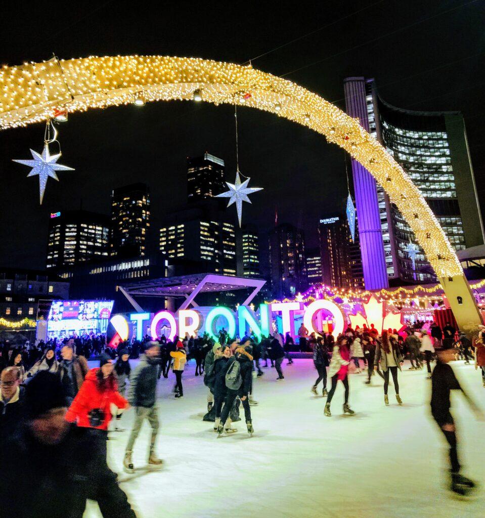 Nathan Phillips Square durante el mes de diembre en Toronto