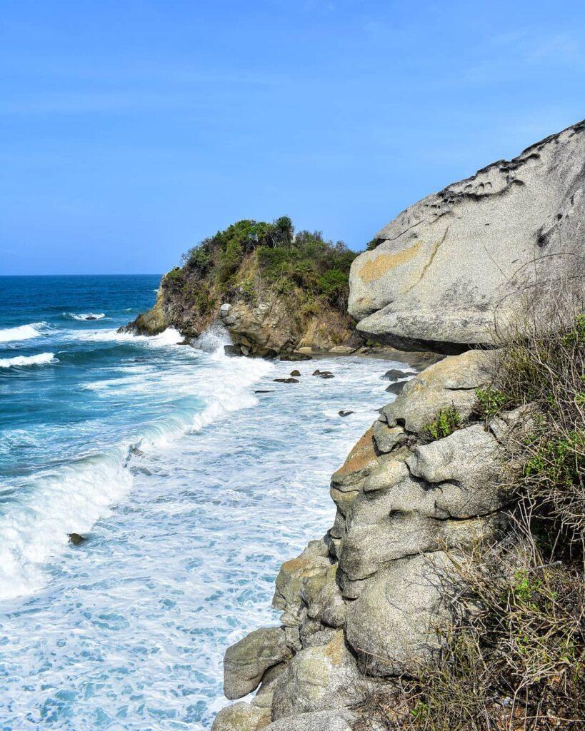 Vista de las rocas y el mar turquesa del Parque Tayrona