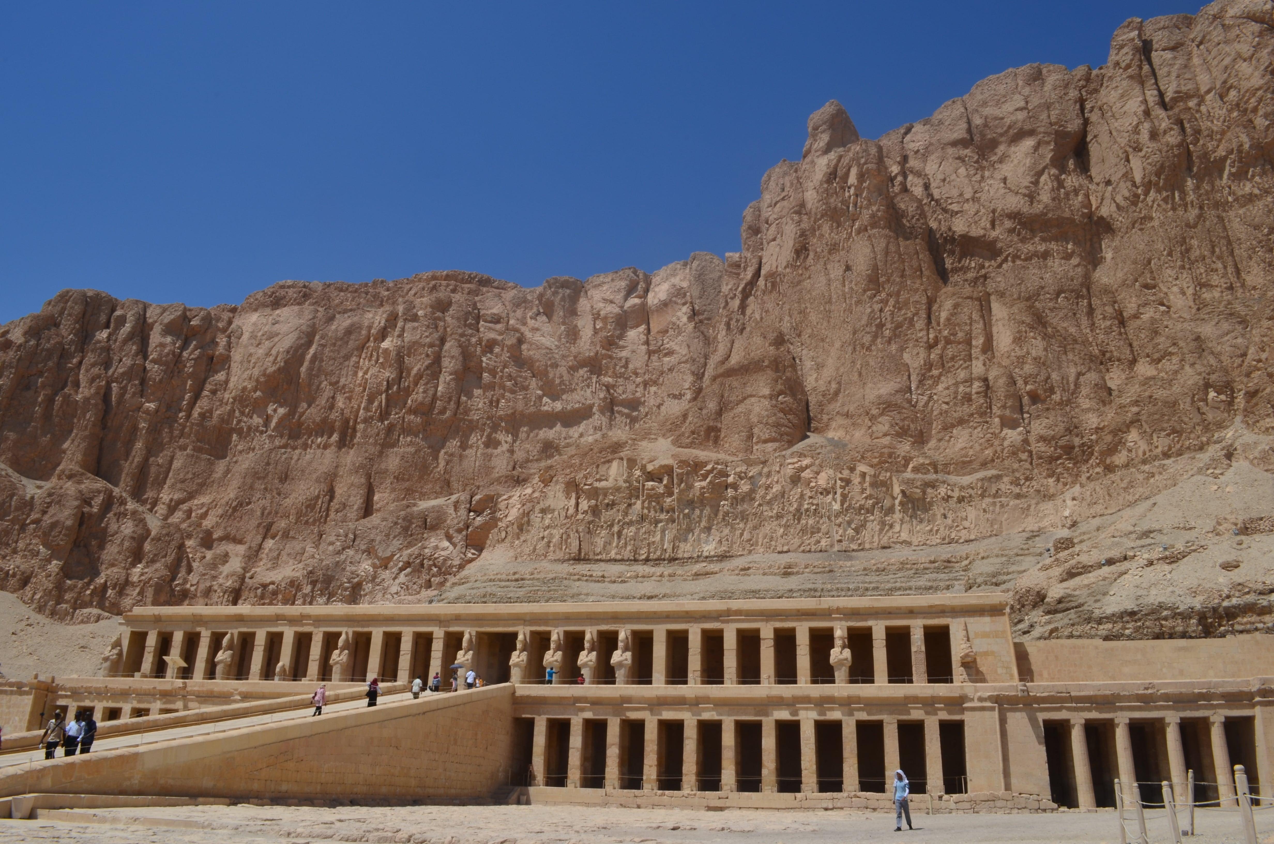 Vista del Templo Hatshepsut al medio día en Egipto