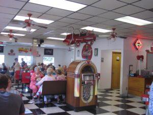 interior de restaurante duffys diner cerca de Baton Rouge