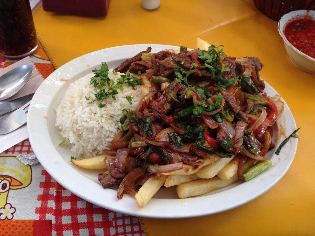 Lomo Saltado peruano. Comida peruana