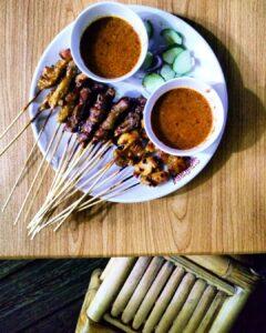 """Satay, o también llamados """"Satay sticks""""; aunque este plato es original de Indonesia; aquí lo encontraras también. Son brochetas de pollo, cerdo o res; marinadas y asadas a las brazas. Con un dip o aderezo de salsa de cacahuate, llamado """"Satay Sauce"""" o """"Kacang samba"""". Las mejores para mi, son las de Pollo."""