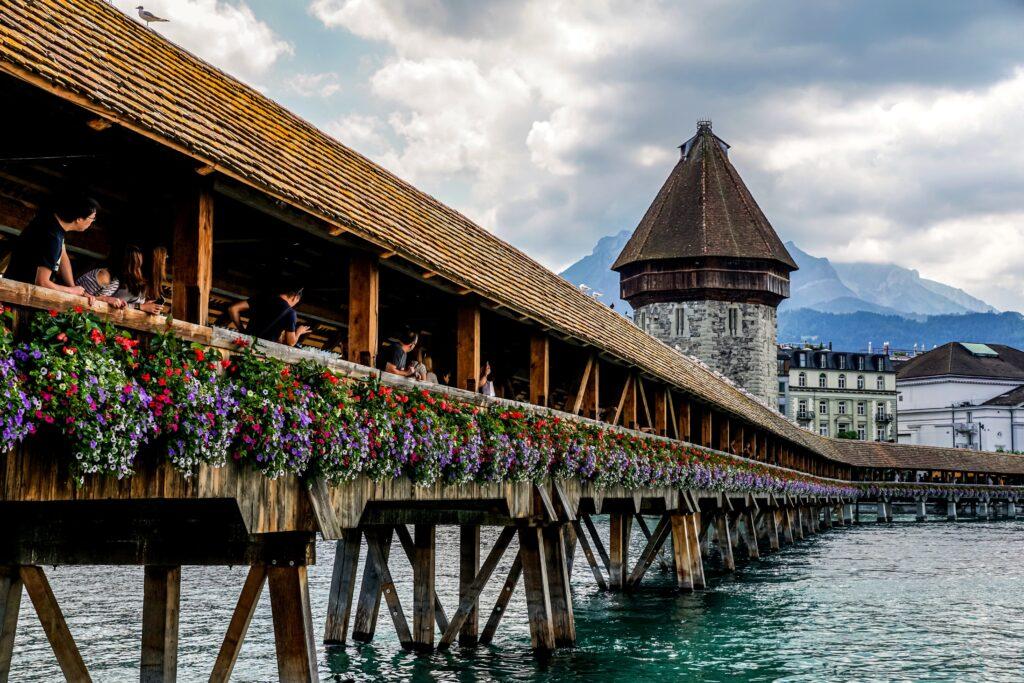 Si te estás preguntando, ¿qué ver en Lucerna? el Puente de la Capilla no puedes dejarlo pasar.