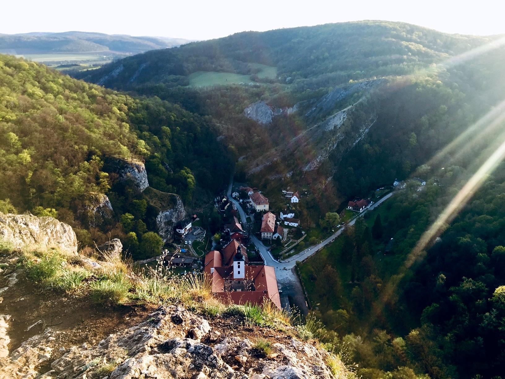 Mirador de Svaty Jan pod Skalou dentro de la reserva natural de Karlstejn