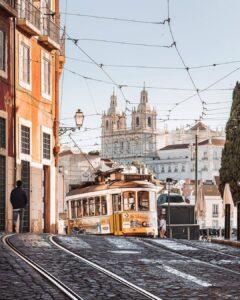Tranvías de época a su paso por Alfama el corazón de Lisboa