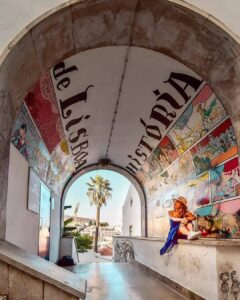 Mural de historia de Lisboa en el barrio de Alfama