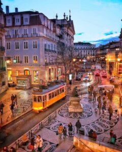 Imagen del Largo doi Chiado y Largo de Camoes al fondo, zona bohemia de Lisboa