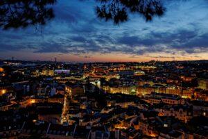 Imagen de Lisboa nocturna desde el mirador de Nossa Senhora do Monte