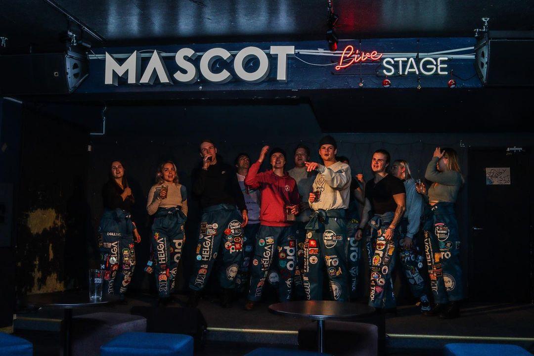 Estudiantes cantando Karaoke en el bar Mascot en el barrio de Kallio