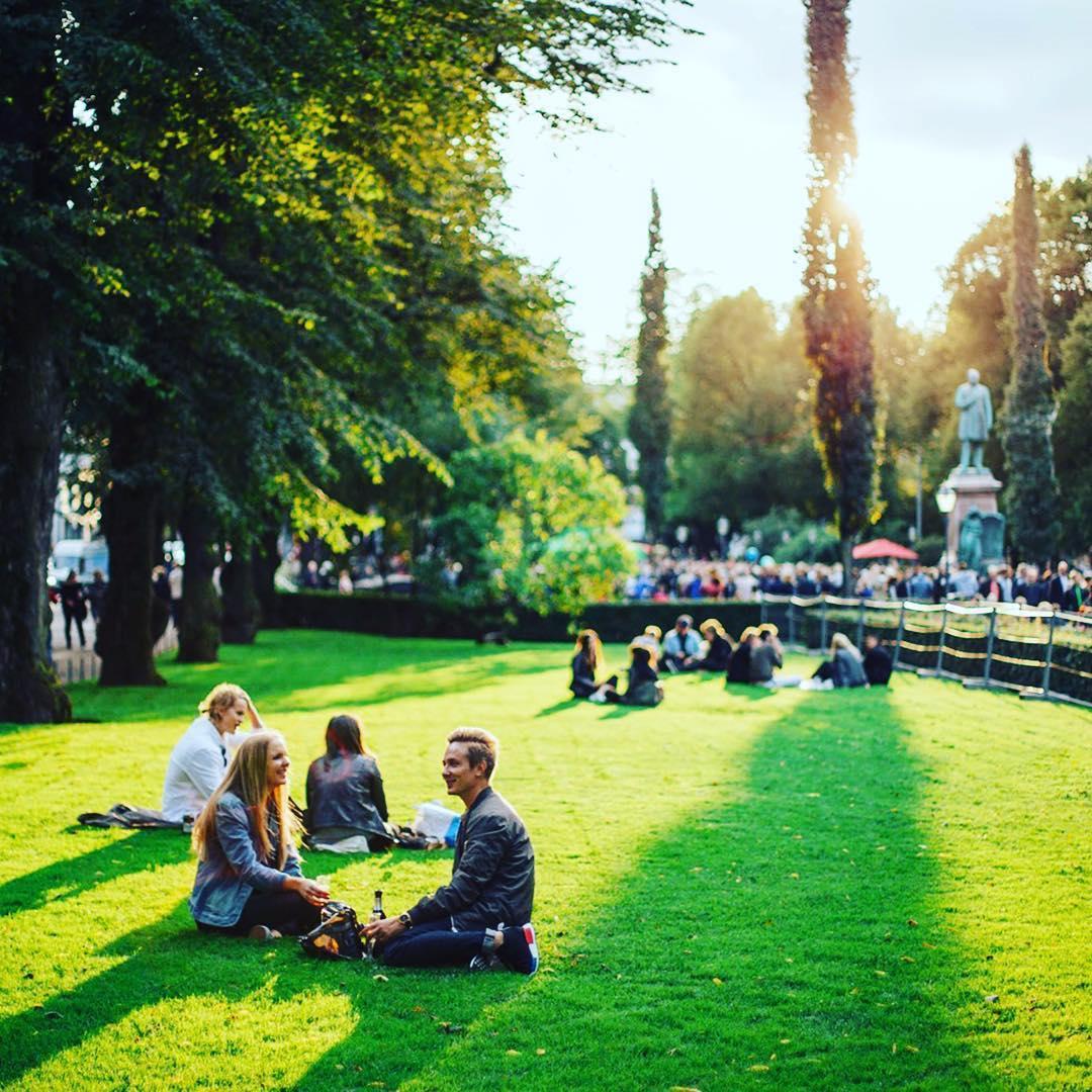 Descansando en el parque de Esplanadi en el centro de Helsinki