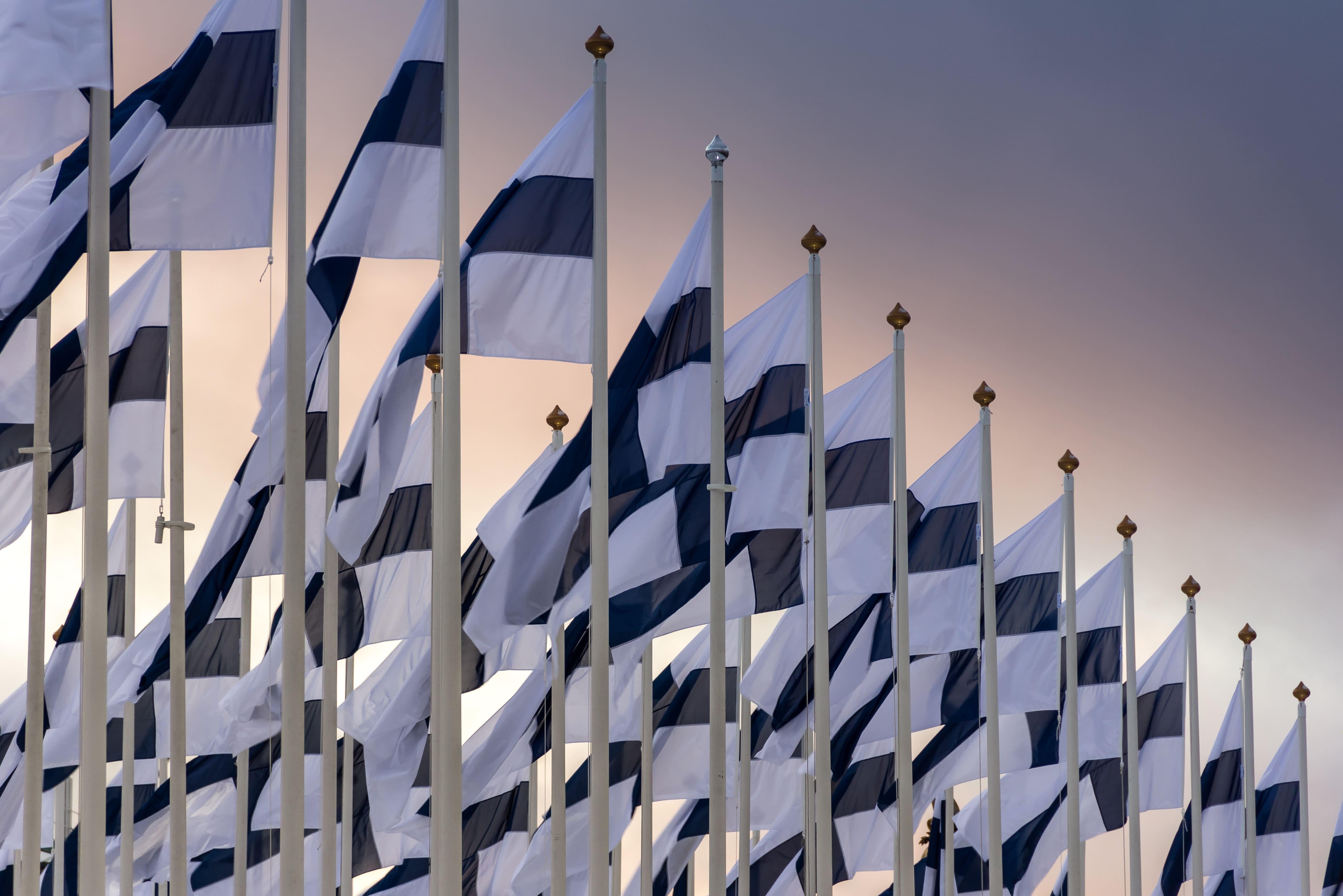 Banderas de Finlandia, el país más feliz del mundo de nuevo