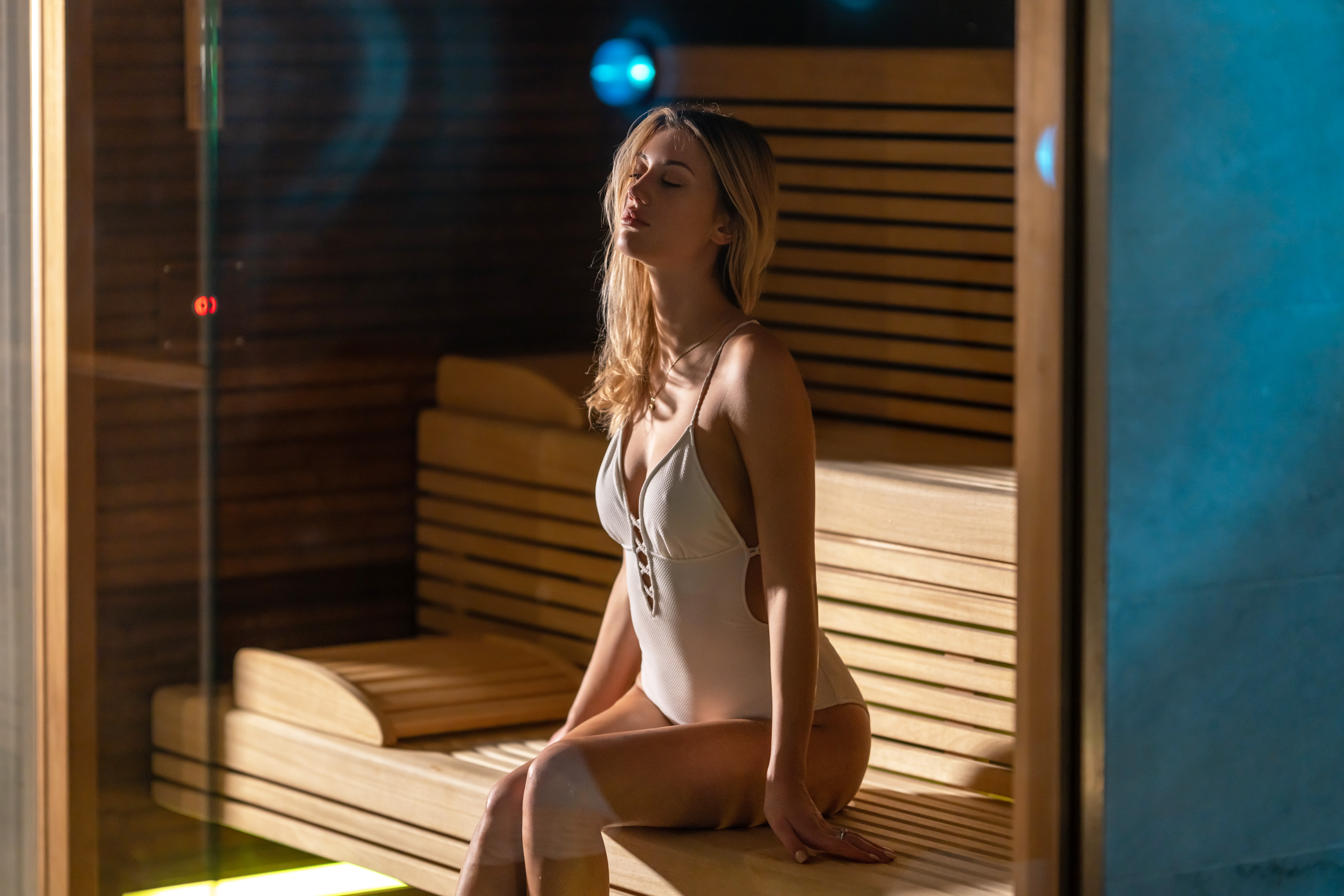 Mujer relajada en la sauna, algo clave en la felicidad de Finlandia, el país más feliz del mundo