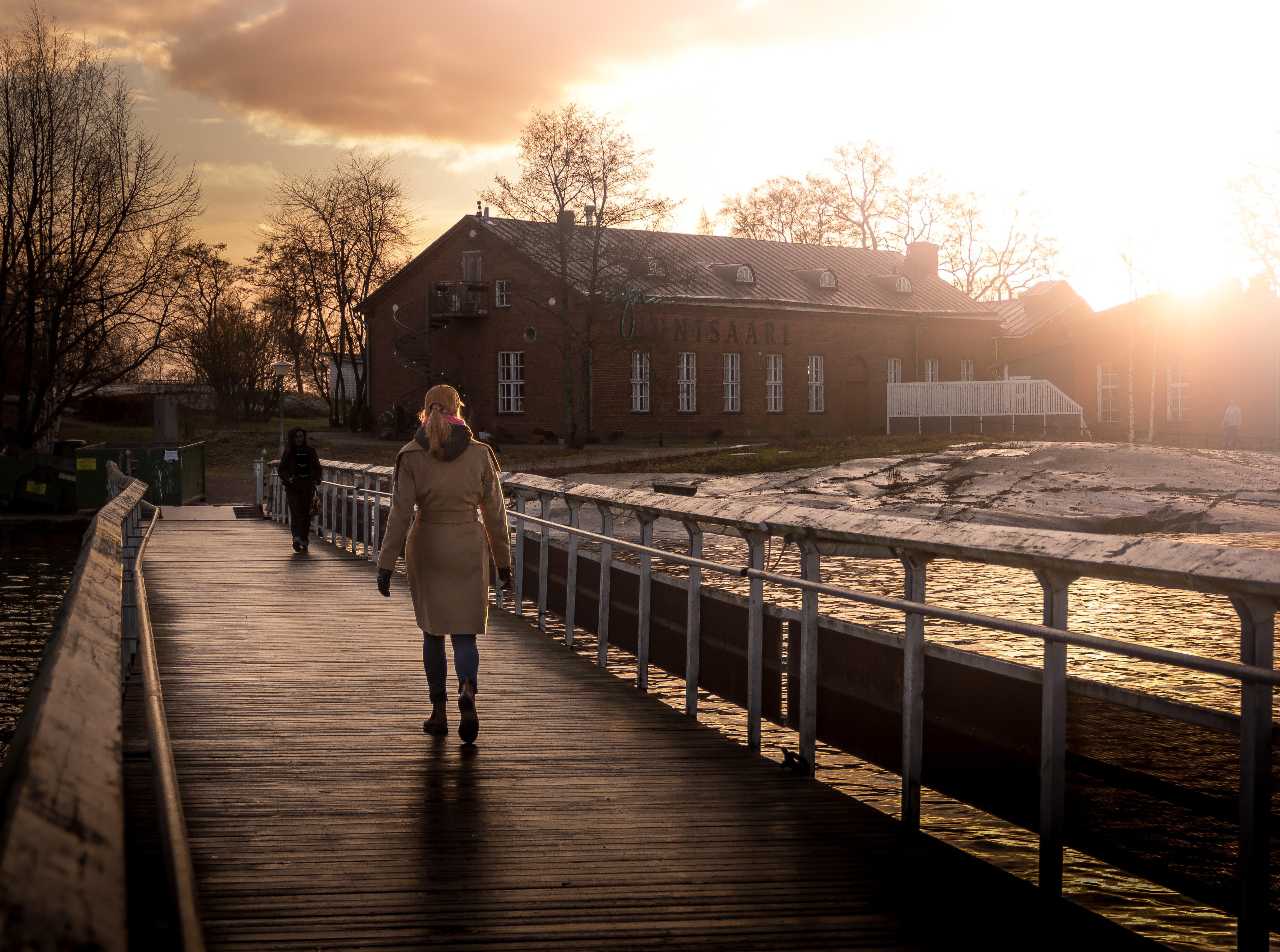 Mujer caminando segura al atardecer en Finlandia